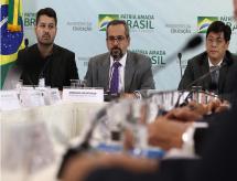 Ministro destaca programa em reunião com parlamentares e reitores