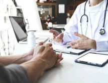 MEC poderá autorizar faculdade particular a revalidar diplomas médicos