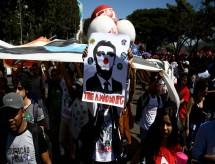 Ato em Brasília contra cortes na educação de Bolsonaro ocupa Esplanada