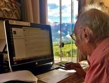 Universitário de 92 anos se adapta à tecnologia para assistir aulas na quarentena: 'vai passar'