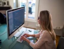Instituições oferecem bolsas gratuitas para mulheres estudarem programação