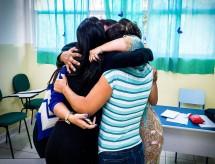 Em meio à pandemia de covid, estudantes não dispensam abraço de 'boa sorte' no 1º dia de Fuvest
