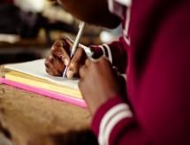 Ensino remoto na pandemia: os alunos ainda sem internet ou celular após um ano de aulas à distância