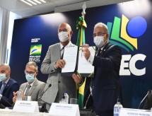 Aulas presenciais: MEC e Saúde assinam portaria orientando retorno