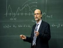 Professores reclamam que trabalham o dobro com ensino híbrido
