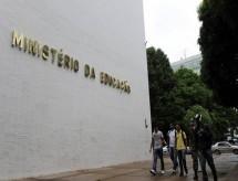 MEC pede a universidades federais para 'prevenir e punir atos político-partidários'