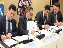 Vélez Rodríguez e Sérgio Moro assinam acordo para investigar indícios de corrupção no MEC