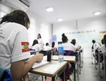Conselho Nacional de Educação aprova juntar anos letivos de 2020 e 2021 e ensino remoto até fim do ano que vem