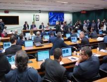 Comissão aprova projeto que remaneja orçamento do governo; Educação perde quase R$ 1 bilhão