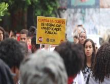 Estudantes retomam protestos, e ministro diz que professores coagem alunos