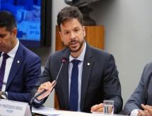 Deputados e senadores criam comissão para tratar crise da pandemia na educação e preencher espaço deixado pelo MEC